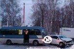 Пассажирский автобус и легковушка столкнулись в Уссурийске