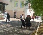 «Бегите от него»: женщины с детьми на руках прятались от неадекватного мужчины в Уссурийске