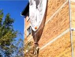 В Уссурийске пожарные помогли спуститься зацепившемуся за край крыши дома парашютисту
