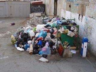 Горы бытового мусора вывозят с улиц Уссурийска после новогодних каникул