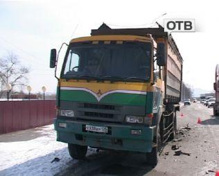 Грузовик и седан столкнулись в пригороде Уссурийска