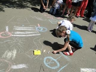 Уссурийские сотрудники ГИБДД провели конкурс рисунков на асфальте «Безопасность на дорогах глазами детей»