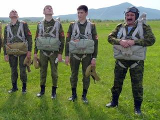Суворовцы из Уссурийска впервые прыгнули с парашютом