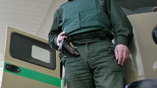 Инкассатор в Уссурийске угрожал пистолетом автомобилисту