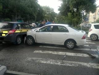 Машину такси отбросило на женщину в результате столкновения с легковушкой в Уссурийске