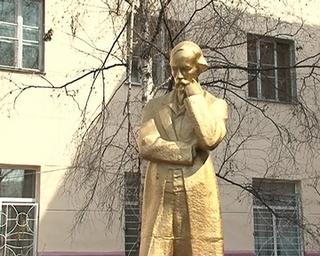 Пенсионер-энтузиаст реставрирует памятник Некрасову