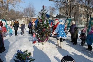 Дети и взрослые Уссурийска устроили Новый год у себя во дворах