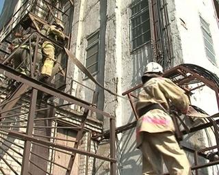 В крупномасштабных учениях пожарные поднялись на элеватор