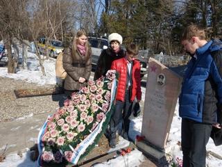 Ученики школы Уссурийска ухаживают за могилами героев-афганцев