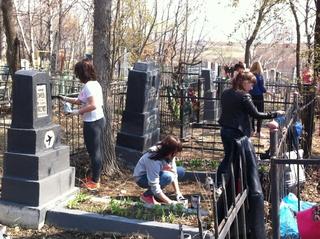 Студенты-волонтеры убирают могилы летчиков на городском кладбище в Уссурийске