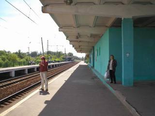 Пьяная жительница Уссурийска заснула на краю железнодорожной платформы