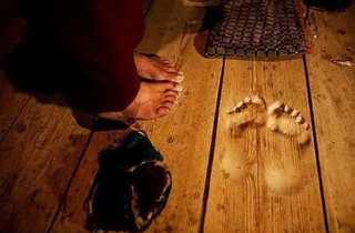 Монах настолько усердно молился, что его ступни впечатались в пол