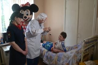 В Уссурийске сотрудники полиции и коллектив Дома культуры «Дружба» навестили детей в больнице