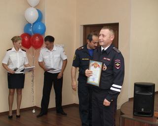 Уссурийских сотрудников ГИБДД наградили за спасение человека на пожаре