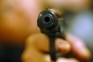 Жители Уссурийска под угрозой пистолетов похитили более полумиллиона рублей