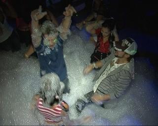 И только «море пены» на танцевальной площадке…