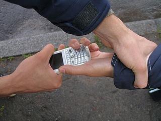 Двое жителей Уссурийска задержаны за кражу мобильного телефона