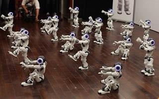 Японцы создали танцующих роботов