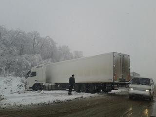 Водители большегрузов застряли на дорогах Приморья