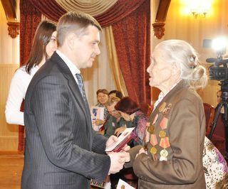 Глава администрации УГО вручил медали «70 лет Победы в Великой Отечественной войне»