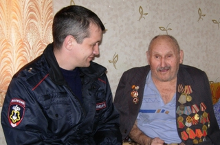 В Уссурийске сотрудники вневедомственной охраны побывали в гостях у ветерана