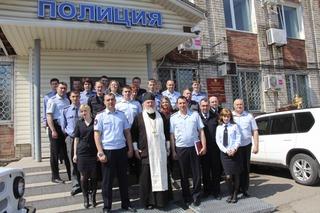 В Уссурийске накануне Пасхи священник православного храма встретился с сотрудниками транспортной полиции