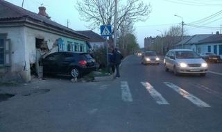 Автомобиль врезался в частный дом в Уссурийске