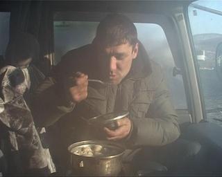 Водители-дальнобойщики на границе по 4 суток живут в машинах