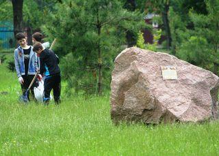 Школьники убрали парк, где был высажен «Лес Победы» в уссурийске
