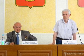 Космонавт В. Джанибеков и скульптор Я. Шапиро встретились с Уссурийцами