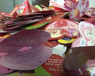 Школьники подписывают валентинки друзьям и учителям
