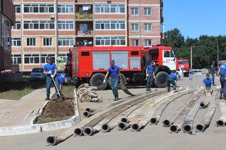 Курсанты Дальневосточной пожарно-спасательной академии помогают откачивать воду в Уссурийске