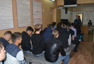 Полицейские и члены Общественного совета рассказали молодежи Уссурийска о службе в армии