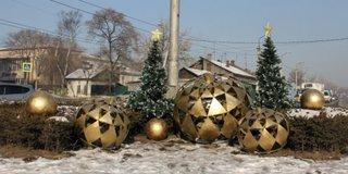 Осужденные Уссурийска украсили город новогодними игрушками