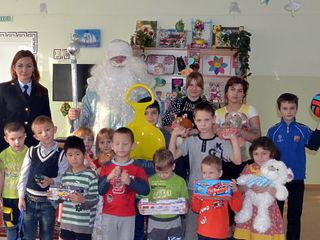 В Уссурийске детей поздравил Полицейский Дед Мороз