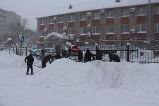 В Уссурийске транспортные полицейские откапываются от крещенского снега