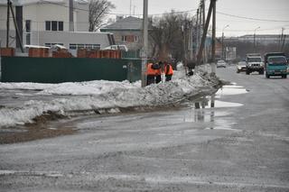 Расчистку тротуаров от наледи и талого снега вели рабочие МУП «БОСС» сегодня днем