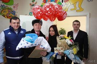 Хоккейный клуб «Адмирал» поздравил новорожденных малышей в роддоме Уссурийска
