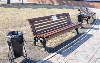 На центральной площади Уссурийска обновили 12 скамеек и 10 урн