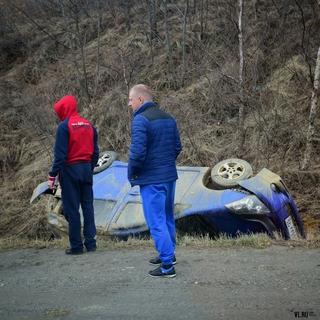 На трассе Владивосток — Уссурийск автомобиль улетел в кювет