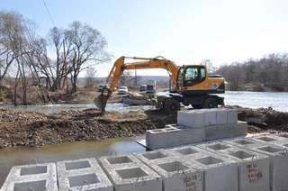 Начались работы по восстановлению временной переправы через реку Кроуновка