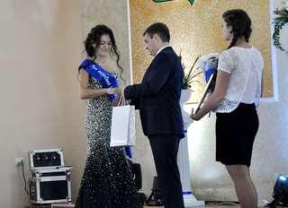 Глава администрации УГО вручил медаль «За особые успехи в учении» 44 выпускникам