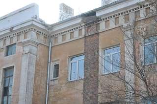 Рабочие уже демонтировали трубу в доме на улице Ленинградской, 52 в Уссурийске