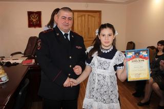 В Уссурийске полицейские наградили участников детского конкурса рисунков