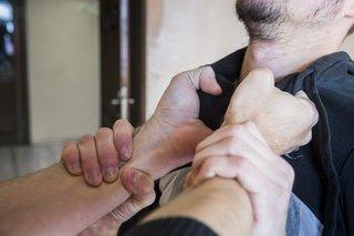 Кулаком в лицо от таможенника получил гражданин на досмотре в Уссурийске