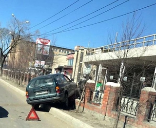 Водитель протаранил ограждение автовокзала в Уссурийске