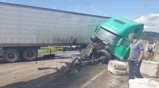 Под Уссурийском грузовик разбился о бетонные блоки