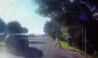 В Уссурийске мужчина бросился под колеса автомобиля