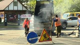 Перекоп, оставшийся после укладки газопровода на перекрестке улиц Ленина и Лазо, начали асфальтировать