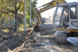 Сегодня на улице Волочаевской уложат две одиннадцатиметровые водопропускные трубы